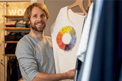Mit anerkannten Siegeln für Nachhaltigkeit zertifiziert: Bekleidung von Unipolar-Ladeninhaber Steve Kupke aus der Landeshauptstadt Dresden.