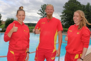 Annika Jung, Sebastian Enke und Sina Adler (von links) vom Verein der Deutsche Lebensrettungsgesellschaft bringen den Kindern im Pausaer Freibad das Schwimmen bei.