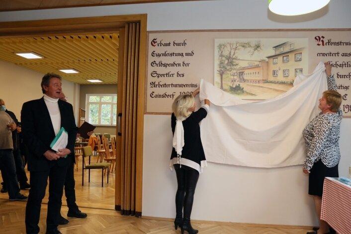 Nach der Segnung des Hauses wurde die Kopie des auf mysteriöse Weise verschwundenen Turnerheim-Gemäldes enthüllt.