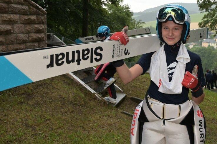 Lia Böhme - hier zu sehen bei einem Alpencup-Skispringen in Pöhla - hat beim Deutschlandpokal einen Doppelsieg erzielt.