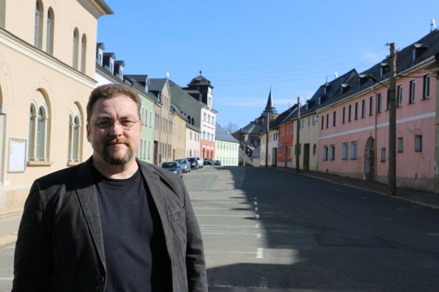 Ortsvorsteher Mario Taubner-Wude auf dem Markt in Mühltroff mit Blick aufs Schloss.