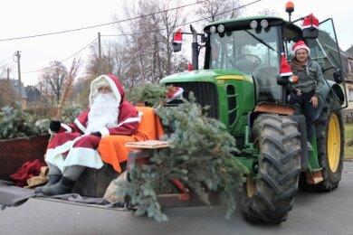 Im Eppendorfer Ortsteil Kleinhartmannsdorf wurde der Weihnachtsmann von Ortsvorsteher Marcel Möckel mit Abstand durch den Ort gefahren.