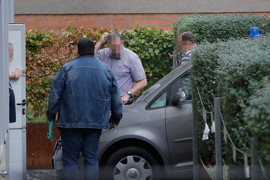 Der Beschuldigte (rechts) wird ins Chemnitzer Amtsgericht gebracht.
