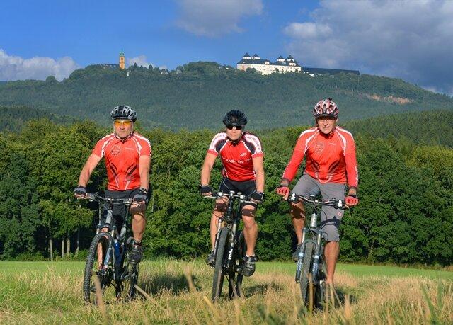 Zwischen dem Adelsberg bei Chemnitz und der Augustusburg haben Jörg Präfke, Jens Merten und Uwe Schmidt (von links) ein letztes Training vor ihrer morgen beginnenden Alpenüberquerung absolviert.
