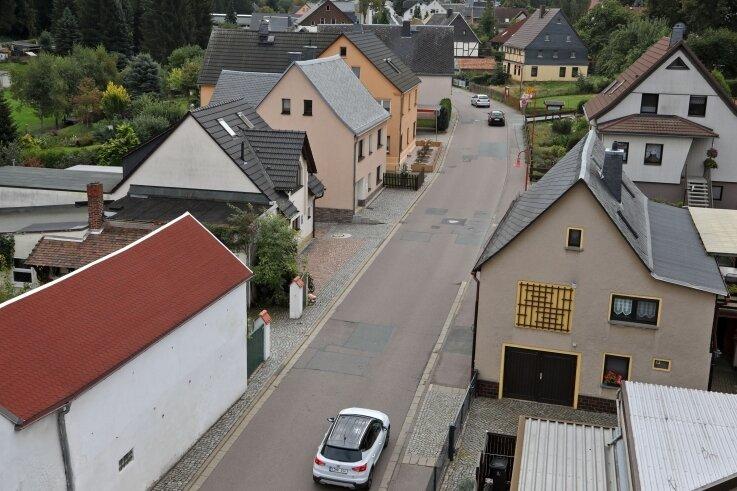In den warmen Monaten (wie im Bild) wird die Obere Dorfstraße während der nächsten fünf Jahren Stück für Stück zur Baustelle.