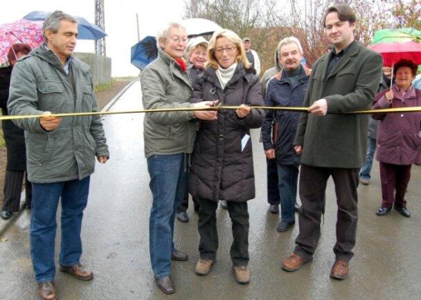 Der Turmweg in Remtengrün ist eine der Kommunalstraßen, die die Stadt Adorf mit Straßenbaubeiträgen der Anlieger gebaut hat. Am 13. November 2009 durchschnitten Anwohnerin Gertraud Wunderlich und Adorfs damalige Bürgermeisterin Mariechen Bang (CDU) das Band.