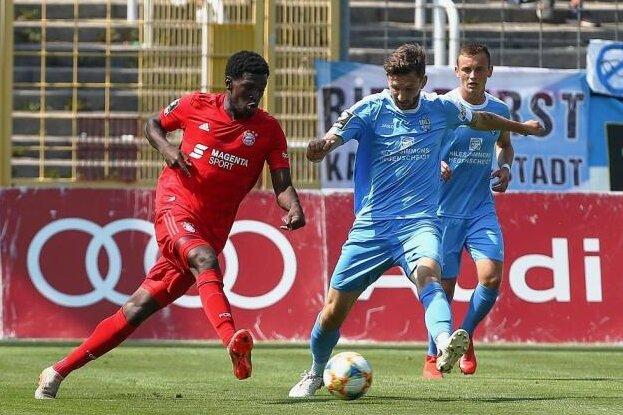 Gibt keinen Ball verloren: CFC-Spieler Matti Langer im Spiel bei Bayern München II im Zweikampf mit Kwasi Okyere Wriedt (l.).