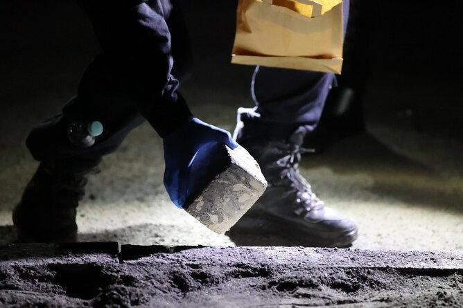 4. September in Leipzig: Die Polizei sichert Steine als Beweismittel.