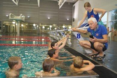 Das Trainer-Duo Ulrich Mikulcak und Laura Giesel vom SV Fortuna Auerbach kümmert sich jetzt in der Zwickauer Glück-Auf-Schwimmhalle um den sportlichen Nachwuchs.