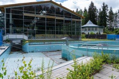Seit Jahren geschlossen: Die Halle im Waldbad Brunn. Auch Vario- und Kinderbecken sind so marode, dass sie im Sommer nicht mehr genutzt werden. Einzig noch im Betrieb: Sprungbecken und Sauna.