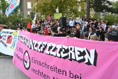 """Bei der Gegenaktion des Bündnis """"Chemnitz nazifrei"""" versammelten sich etwa 300 Personen."""