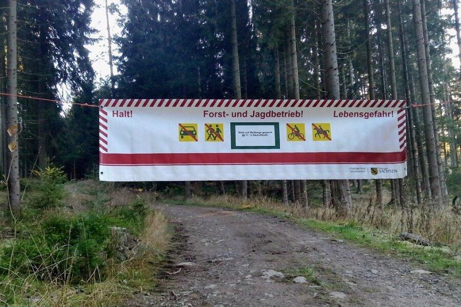Mit großen Bannern wird auf die Sperrung des Waldes rund um Beerheide hingeweisen.