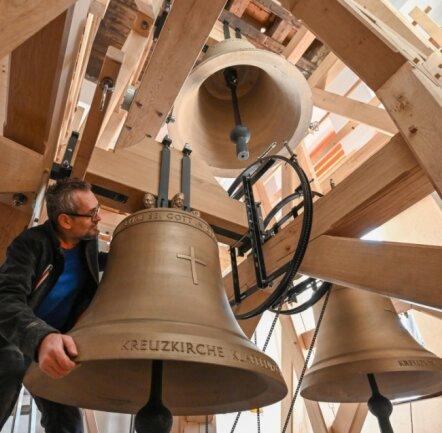 Drei Glocken wurden im vergangenen Sommer in einer Innsbrucker Firma aus Bronze gegossen (im Foto Wolfram Schippers im neuen Glockenstuhl).