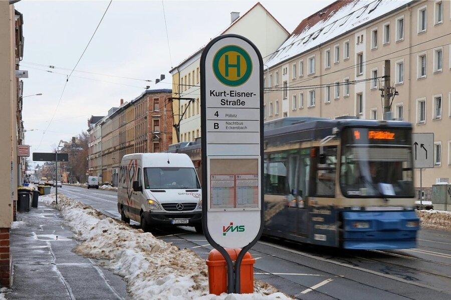 Kein Komfort: An der Straßenbahnhaltestelle Kurt-Eisner-Straße kann man sich weder hinsetzen noch unterstellen.