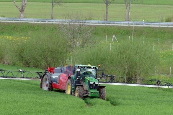 Auf diesem Feld bei Falkenbach wird ein flüssiges Pflanzenschutzmittel aufgebracht, das die Getreidehalme stabilisieren und ihnen mehr Standfestigkeit geben soll.