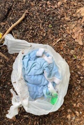 In einem der weg geworfen Windelbeutel wurde auch gleich Babykleidung mit entsorgt.