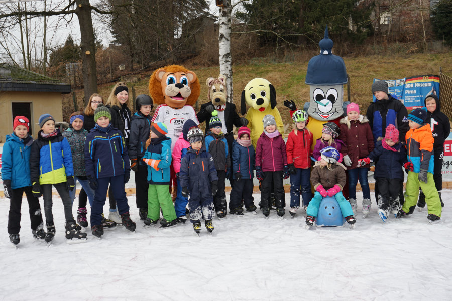 Maskottchen laufen auf Oederaner Eisbahn Schlittschuh