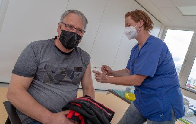 Bei Goldbeck in Treuen wird seit dieser Woche in einer eigenen Station geimpft. Zum Zuge kommen hier vorrangig Pädagogen. Im Bild Krankenschwester Susann Sandner, die Thomas Leistner (61) seine erste Dosis Biontech spritzt. Er arbeitet als Honorarkraft an vogtländischen Schulen und hat lange auf diesen Moment gewartet.