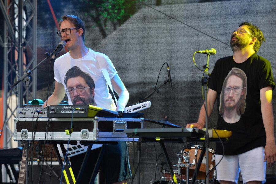 Falk Töpfer (l.) und Max Rademan aus Dresden starteten vor 200 Fans in den Festivalabend.