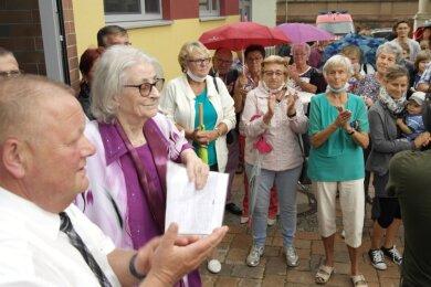 Um Gedränge in der neuen Geringswalder Turnhalle zu vermeiden, begrüßten Bürgermeister Thomas Arnold und Ehrenbürgerin Roselore Sonntag die Besucher im Freien.
