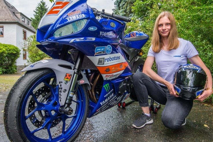 Linn Vogel (links) und Sarah Göpfert aus Neukirchen haben mit ihren Rennmotorrädern noch viel vor.