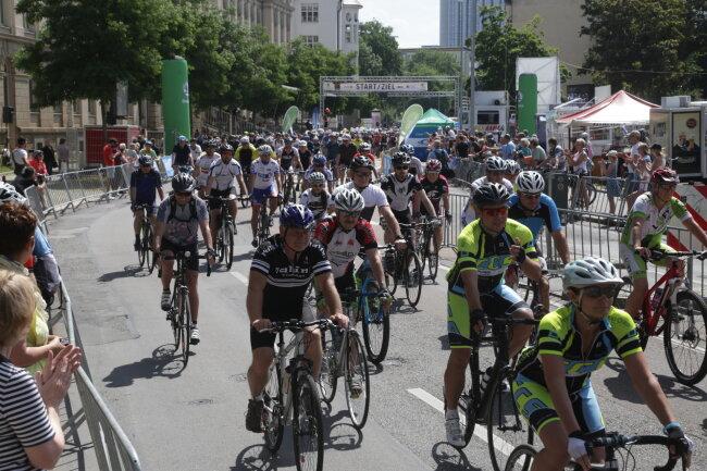 Mit einem Spektakel der besonderen Art hat am Samstag der 2. Wettkampftag der Deutschen Radmeisterschaften in Chemnitz begonnen.
