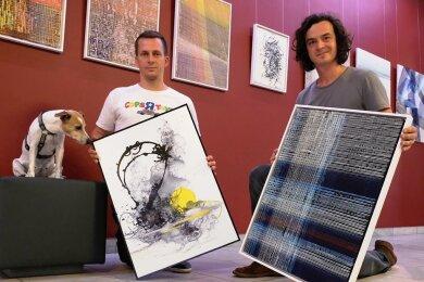 Michael Mietling und Tilo Fitzthum beim Aufbau ihrer Ausstellung im Neuberinhaus.