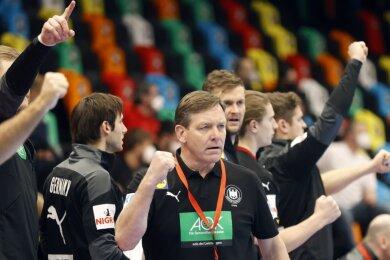 Wie weit kommt das deutsche Team von Trainer Alfred Gislason (Bildmitte) bei der Weltmeisterschaft in Ägypten? Die Meinungen darüber gehen bei Handball-Vertretern der Region auseinander. Das erste Spiel steht für Deutschland an diesem Freitag, 18 Uhr gegen Uruguay (live in der ARD) auf dem Plan.