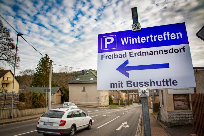 Schilder wiesen schon am Freitag auf den Zusatzparkplatz fürs Motorradtreffen in Augustusburg hin.