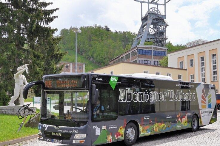 Vor dem Schacht 371 bei Bad Schlema wurden die zwei Linienbusse im Welterbe-Design vorgestellt.