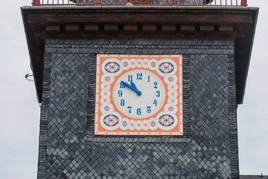 Die Turmuhr der Adorfer Schule hat ihr ursprüngliches Aussehen zurückbekommen.