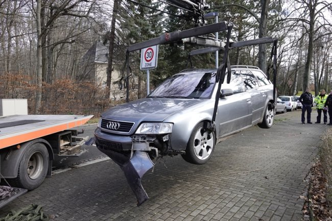Das gefundene Fluchtfahrzeug wurde von der Polizei abgeschleppt.