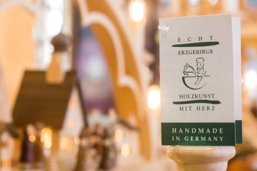 """Waren mit dem Verbandslogo garantieren, dass die Fertigung im deutschen Teil des Erzgebirges und überwiegend in Handarbeit erfolgt. Bei Sigro hingegen steht auf manchen Produkten zwar """"Feinste Holzkunst aus dem Erzgebirge"""" drauf. Doch die Figuren stammen aus Fernost."""