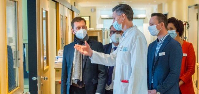 Ministerpräsident Michael Kretschmer (l.) hat sich vom Ärztlichen Direktor Jan Wallenborn und Helios-Geschäftsführer Jan Jakobitz (r.) über die Corona-Situation in der Auer Klinik informieren lassen.