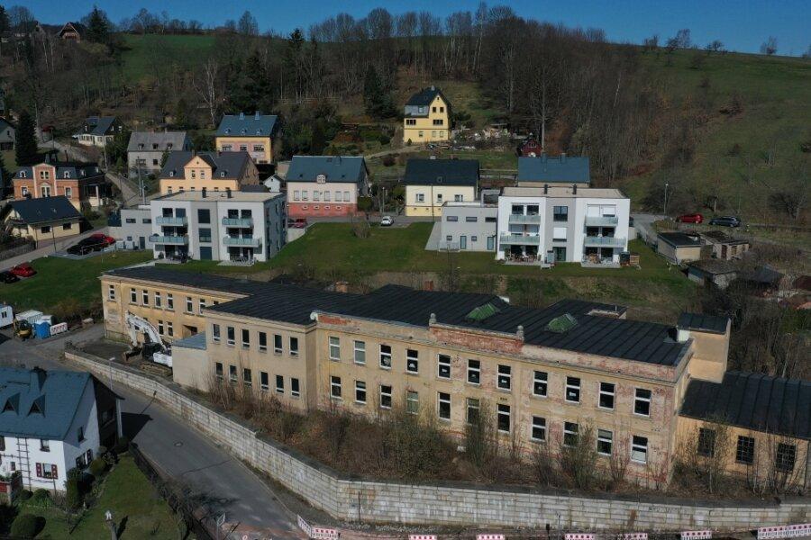 Kurz vor dem Abriss der alten Pirol-Fabrik in Neustädtel entstand dieses Luftbild. Hinter der Industriebrache sind die beiden neuen Mehrfamilienhäuser zu erkennen.
