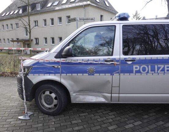 Ein Polizeifahrzeug wurde bei der Verfolgungsjagd beschädigt.