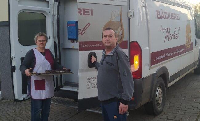 Beate und Jürgen Merkel an einem ihrer Lieferwagen. Damit fahren sie Backwaren quer durchs Erzgebirge.