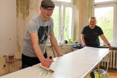 Die Linamar-Mitarbeiter Peter Dürrschmidt und Laura Maluche bereiten die nächste Tapetenbahn vor.