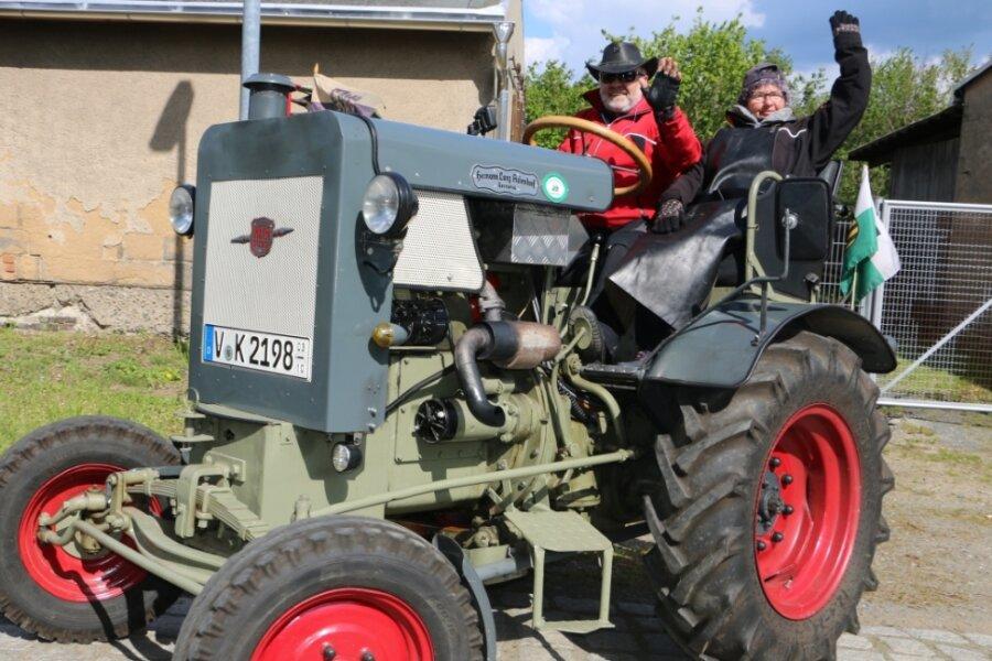 Klaus Krause und Helga Ketzel winken auf ihrem Traktor Lanz Hermann. Sie waren aus Bad Elster angereist und hatten damit die weiteste Anreise aller Teilnehmer in Geilsdorf.