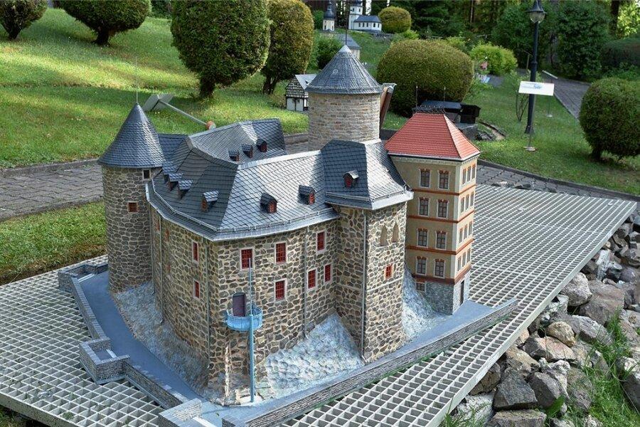 Der Altteil von Schloss Voigtsberg Oelsnitz samt Burgfried ist nach komplettem Neubau wieder in der Miniaturschaulage Klein-Vogtland in Adorf als Modell zu sehen.