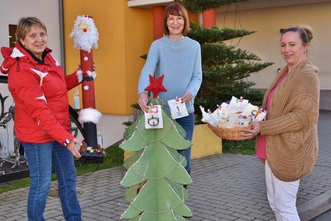 """Roswitha Pilz (l.) übergab die Geschenke am Haus """"Johanna Rau"""" der Seniorenheime Freiberg an Heimleiterin Simone Schönfeld (M.) und Diana Uhlig, stellvertretende Leiterin des Wohnbereichs 2."""