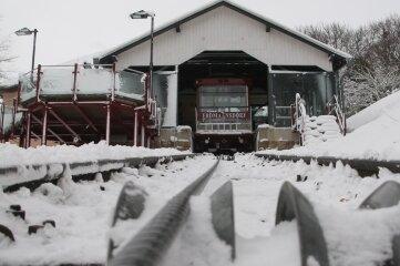 Die Drahtseilbahn in Augustusburg steht still. Schneemassen blockieren die Schienen.
