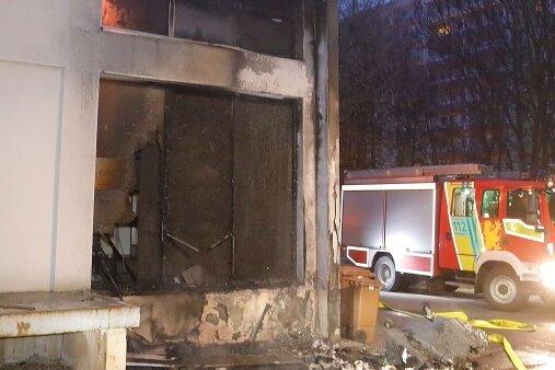 Gegen 4.30 Uhr brannte eine Papiertonne an der Straße Usti nad Labem, die Flammen griffen auf die Fassade eines Ärztehauses über.