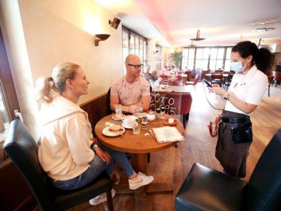 Café-Besuch in Essen. Noch läuft das Geschäft in der Gastronomie wegen Auflagen wie Abständen und Testpflicht gebremst.