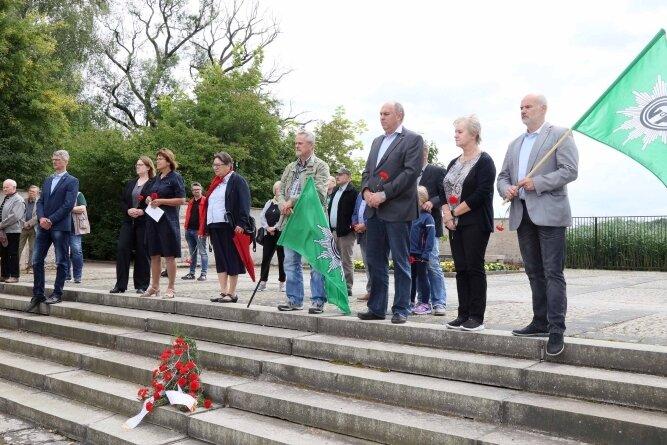 Während einer Gedenkfeier wurde der Lebensgeschichte von Albert Jacob gedacht. Er liegt am VVN-Denkmal am Schwanenteich begraben.