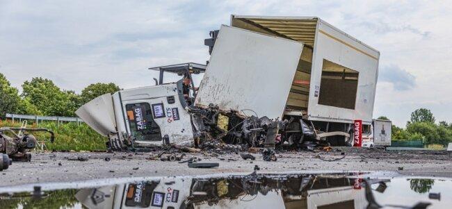 Der Lastkraftwagen ist nach dem Aufprall völlig zertrümmert. Die neu entwickelte Sicherheitstechnik aus Grünhainichen funktioniert.