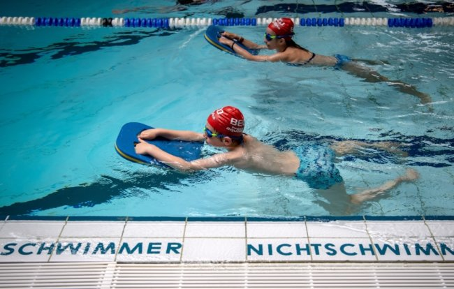 Während des coronabedingten Lockdowns ist der Schwimmunterricht an den Schulen ausgefallen.