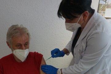 Carola Vogel-Wagner impft ihren Patienten Bernd Mildner.