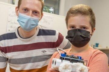Medienpädagoge Bastian Krupp (l.) und Tim Bauer mit dem ersten Roboter.