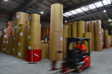 Auch im Warenausgang der Papierfabrik Kübler und Niethammer in Kriebethal geht die Arbeit nach dem Insolvenzverfahren weiter.